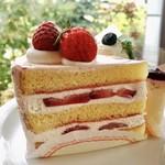 CAFÉ de ROMAN - いちごのショートケーキ@いちごクリームでほんのりピンクのショートケーキ