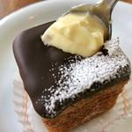 CAFÉ de ROMAN - 藻岩シュークリーム@パリッとチョコを割るとカスタードクリームがたっぷり