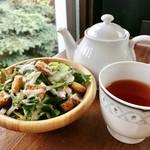 CAFÉ de ROMAN - サラダはクルトンがたっぷりでボリューミー、紅茶はティーポット提供