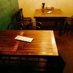 焼鳥 ブルース - 入って手前がバーカウンターみたくなっていて、奥には4人掛けのテーブル席がふたつ。雰囲気はいいです。