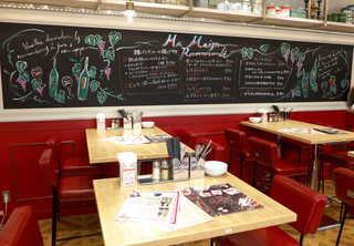 揚げバル マ・メゾン KITTE名古屋 - 店内はこんな感じ。テーブルは移動可能なので、結構大勢の飲み会に使われていたり