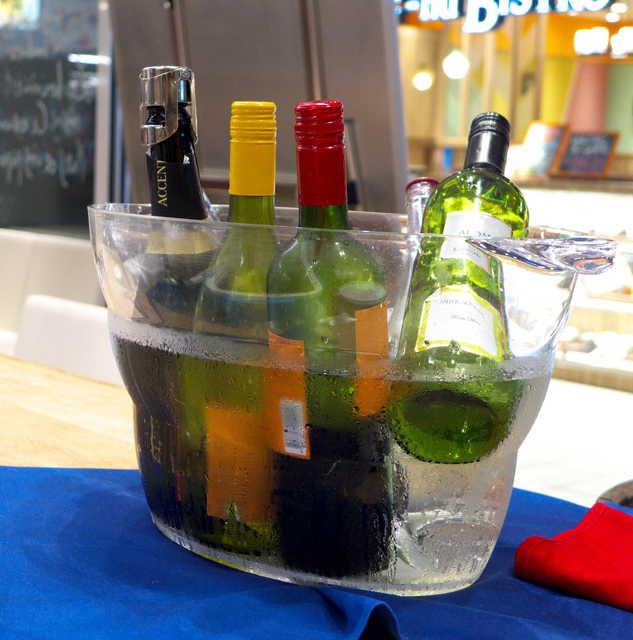 揚げバル マ・メゾン KITTE名古屋 - ワイン飲み放題(1時間¥1058)。カウンターに冷やされており、セルフサービス制。サングリアも含まれます