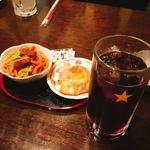 なごみ - コーラハイ(250円)と大阪焼き&ホルモン焼きうどん(各100円)