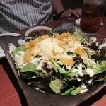 龍王館 - 焼肉の前に先ずはサラダ、サラダは半熟玉子の乗ったシーザーサラダ630円を皆でいただきました。