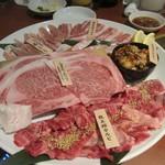 龍王館 - 此処からは焼肉タイム、龍王館盛り5200円。  A5級の黒毛和牛を使った10秒サーロインや龍王館カルビを中心に豚肉や鶏肉などの盛り合わせです。