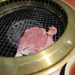 龍王館 - 先ずは10秒カルビを10秒間で軽く焼いて焼肉はスタートです。