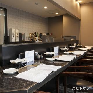 落ち着いた和モダンの設えの中、カウンター&お座敷天ぷらを満喫