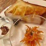 ボヤージュ - 料理写真:モーニングサービス…はちみつトースト、人参サラダ、小さなヨーグルト