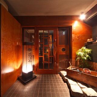 暖簾をくぐると、そこは非日常の隠れ家的和空間。
