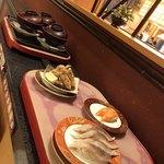 回転寿し旬楽 - 運ばれてくる寿司たち