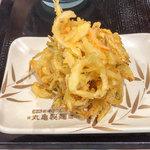 丸亀製麺 - 「野菜かきあげ」(130円)。
