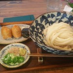 89020506 - しょうゆうどん(大盛)と今日のご飯(いなり寿司)。