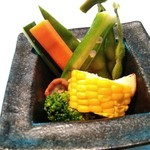 89021088 - 生と半生の瑞々しい野菜たち