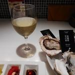 ガンボ&オイスターバー - 白ワインのシャルドネ590円