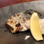 猫と魚 - 鰆の塩焼き 鰆はパサパサしている品も時折あるのですが、こちらは焼き方がお上手なのか身がしっとりしていて美味しい。