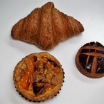 Boulangerie bee - 料理写真:クロワッサン、クロワッサン‥