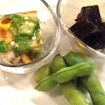 おうちビストロシュシュ - 前菜盛り合わせは、エビとおくらのゼリー寄せ、こんにゃく煮、枝豆