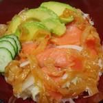 りすのしっぽ - 料理写真:いつの季節も安定した人気の「サーモンサラダ丼」