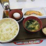 すき家 - たまかけ鮭定食(¥390)