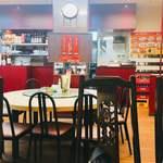 金春本館2号店 - 店内には円卓もあります。庶民的な食堂風の店内。