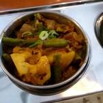 デニス キッチン アジアンダイニングバー - 野菜カレーと右がダルスープ
