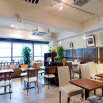 カフェ・オハナ - 白を基調とした店内に、あたたかい陽が差し込みます。ランチタイムに癒しのひと時を・・・♪