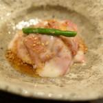 89051383 - 神戸牛低温調理に胡麻ソース、八角の風味