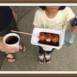 四季の茶屋 - 白糸の滝 天然水コーヒー(左)、ゴマ味噌だんご(中央)、ラムネ(右)