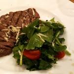 ヴィーノヴィーノ - 牛もも肉のグリル ルコラとトマトのサラダ添え(1,600円)。