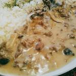 アデリータ - かなりの薄切りの牛肉、しめじ、玉葱。バターライスの上には乾燥パセリ?