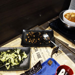 シカゴステーキ オーロラ - ランチタイムに限っては和風の料理もあります。 この日は、ひじきの煮物やワカメの酢の物がありました。