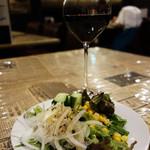 シカゴステーキ オーロラ - サラダと赤ワイン。 ちなみにランチのグラスワインは300円でした。