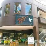 アデリータ - この建物の2階。平日のお昼前にはお客さんは10組くらいと盛況。