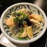 Fukuchan - 小海老天と茄子天ぶっかけ冷(¥900)             大盛(+¥100)             以前から揚げたての天ぷらは美味しいと評判の店だったが、久々に来店してみるとうどんが前より美味しくなってる⁉︎