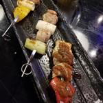 キタバル - 鶏と豚串3本盛り合わせ 486円