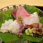 89075095 - お造り  焼き霜の鱧 梅肉で、カツオのたたき、明石の鯛 腹の部分