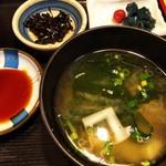 魚玉 - 味噌汁と、御新香、昆布佃煮が付きます。