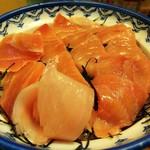 魚玉 - 鉄火丼のアップを手前から見る。