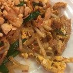 Thai Food Lounge DEE  - 鶏のパッタイ ( ´θ`)