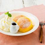 カフェ ソラーレ - ふわふわホイップのチーズスフレパンケーキ780円