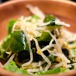 89082238 - 台湾風豚肉の香味醤油煮あんかけご飯 890円 のもやしとワカメの酢の物