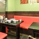 博多麺房 赤のれん - 店内のテーブル席の風景です