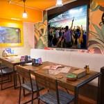 メキシカンバーロスカボス - スクリーン前のテーブル席はスポーツ観戦に人気