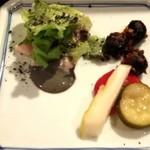 おうちビストロシュシュ - お通しはピクルス、蒸し鶏、オリーブ