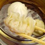 しいたけ飯店 - やむ茶セット(えびぎょうざ2・小籠包2・ふかひれぎょうざ2・シューマイ2・桃まん1・肉まん1)940円