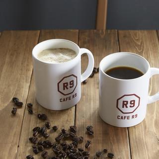 無農薬コーヒー豆を使用した、淹れたてのコーヒー