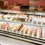 エチエンヌ - 美しいケーキが並ぶショーケース
