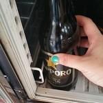 89095505 - ビールは自分で冷蔵庫から取ってくる