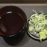 名代 富士そば - もりそば ¥300 のつゆ、薬味