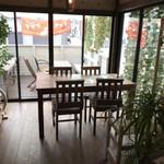 カフェ ガーランド - デッキテラスに面した部屋、このテーブルもよく使わせていただきました(2018.7.12)